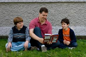 Reading A Book on the Set of Diary Of A Wimpy Kid (2010) - Behind the Scenes photos