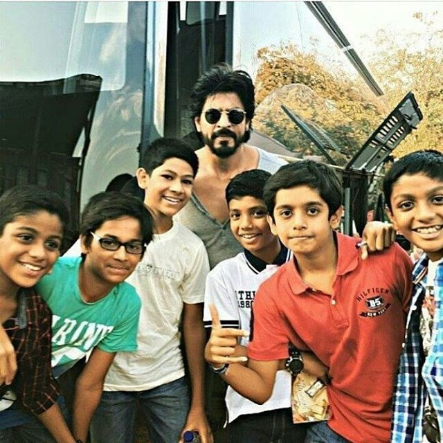 SRK with Cute Fans Behind the Scenes
