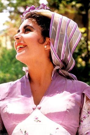 Beautiful Elizabeth Taylor on the Set - Behind the Scenes photos
